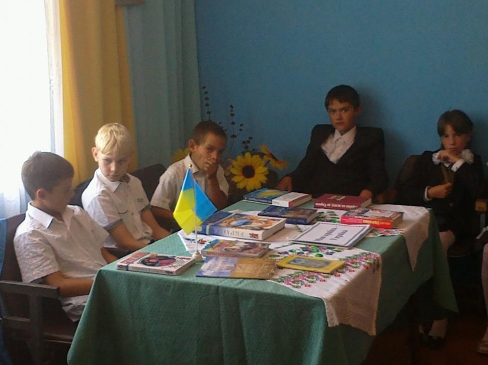 """Альбом: 1 вересня в Кіндрашівському бібліотечному філіалі пройшла патріотична година """"Україна - єдина країна"""""""